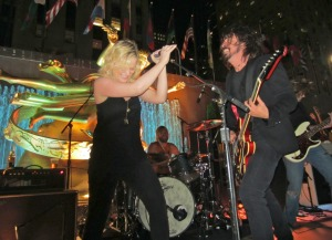Kristen Wiig Performs at the Rockefeller Center SNL Finale After-Party with a Coors Light in Hand Next to Dave Grohl