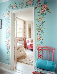 Flores al rededor de las puertas, o de alguna puerta. No hay forma de que mi marido se deje convencer de esta idea. Piensa que son ideas de abuelita. ¡Lástima! se ve hermoso.